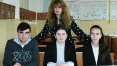 Vlad Alexe, Mihaela Flavia Stoicea și Ioana Tănasie,  alături de profesoara de chimie