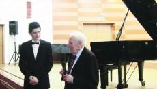 """Adrian Radu, unul dintre cei trei câştigători ai premiului I la Concursul Internaţional """"Craiova Piano"""", alături de maestrul Walter Krafft, care i-a oferit ca premiu special un turneu în Germania"""