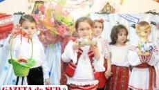 """Preşcolarii de la Grădiniţa """"Nicolae Romanescu"""", îmbrăcaţi în costume populare, au pregătit un program artistic de cântece şi poezii în deschiderea simpozionului naţional """"Sărbătoarea Paştelui, între tradiţional şi modern""""."""
