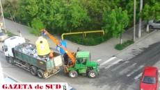 Un craiovean ne-a trimis câteva poze care arată că ridicarea gunoiului se face în aceeaşi remorcă, nicidecum selectiv