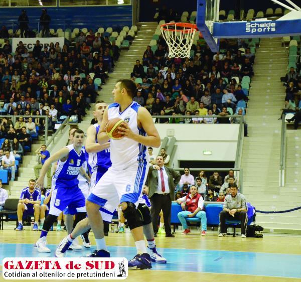 Chiar dacă echipa sa este condusă cu 2-0 de Oradea, Ionuţ Drăguşin (la minge) crede în şansele de calificare ale Craiovei