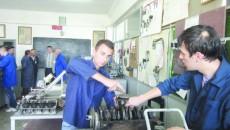 """Elevi de la specializarea mecanic auto, în practică în laboratorul Liceului Tehnologic """"George Bibescu"""", care şi în acest an are clasă de învăţământ profesional"""