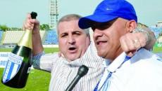 Felix Grigore (stânga) poate să desfacă iar o şampanie după ce a promovat-o şi juridic pe CSU