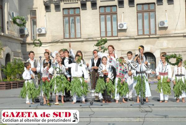 """Ansamblul de datini şi obiceiuri populare """"Roua"""" din Cloşani - Padeş, judeţul Gorj aduce  la Festivalul """"Tradițiile verii"""" obiceiurile de Sânziene şi Paparudele"""