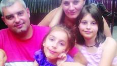 Andreea Stancu (centru) alături de părinţii şi sora sa