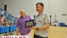 Campion mondial cu naţionala de junioare a României, antrenorul Aurelian Roşca a primit o plachetă din partea clubului SCM