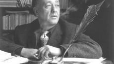 Eugene Ionesco, înconjurat de cărți în fața colii de scris