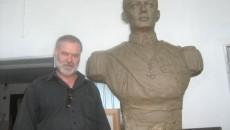 Sculptorul Marcel Voinea și bustul Regelui Mihai I (în lut)
