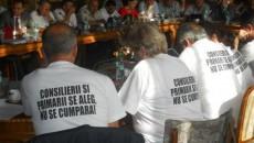 Cei 13 consilieri judeţeni ai opoziţiei au venit la şedinţă în tricouri albe cu mesaje anti-PSD