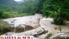 Podul de pe viaductul Ilișova a fost luat de ape
