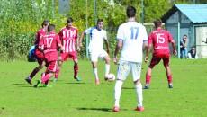 Sergiu Jurj (la minge) a greşit multe pase în meciul cu FC Olt Slatina