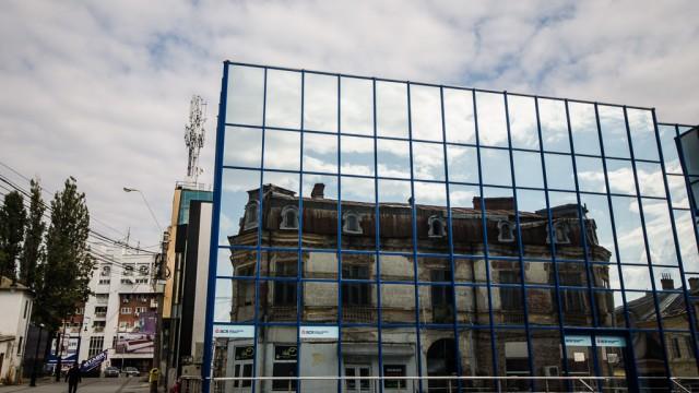 O casă veche se reflectă într-un colos de sticlă (intersecţia dintre străzile Olteţ şi Dreptăţii)