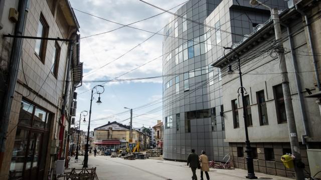 Clădirea modernă a Bancpost, complet ruptă de stilul arhitectural vechi care o va înconjura (str. România Muncitoare)