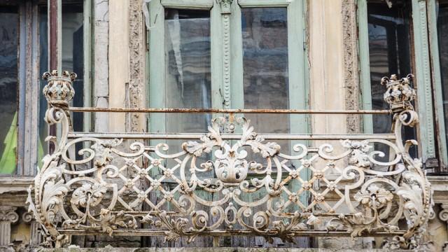 Un balcon care merită renovat - strada Romain Rolland
