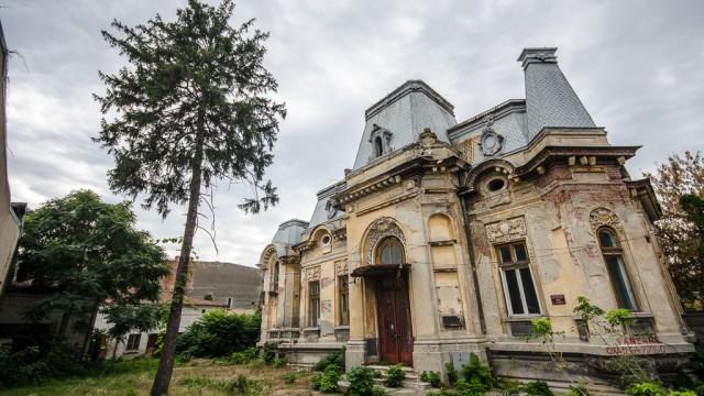 O casă boierească degradată îşi aşteaptă cumpărătorul care să o salveze - strada Eugeniu Carada