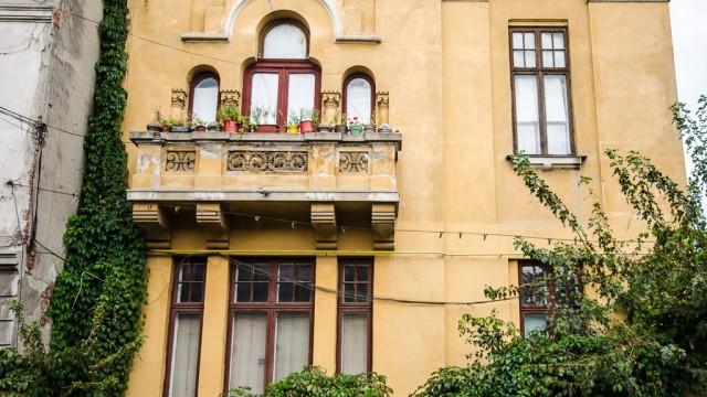 Un balcon plin de culoare, pe strada Eugeniu Carada
