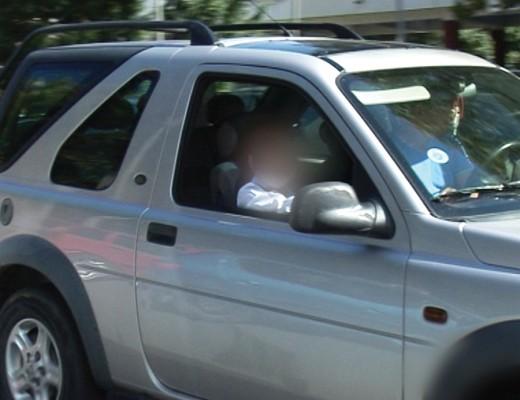 Deși noile modificări ale legislatiei rutiere prevăd ca pasagerii sub 12 ani să nu ocupe locul din față al autoturismului,  pe străzile din Craiova șoferii nu se tem să le încalce