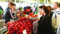 Oamenii mișună în Piața Mare din Craiova în căutarea celor mai arătoase și mai ieftine  legume pentru conserve