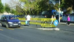 Între cele două sensuri de mers au fost amenajate și scuaruri îngrădite,  pentru protecția pietonilor