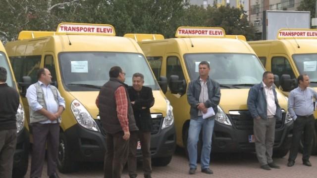 Primarii a 12 comune din judeţul Olt au intrat astăzi în posesia microbuzelor pentru transportul elevilor