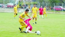 Jucătorii de la Cârcea (galben) şi cei ai Bistreţului au practicat un joc foarte dur