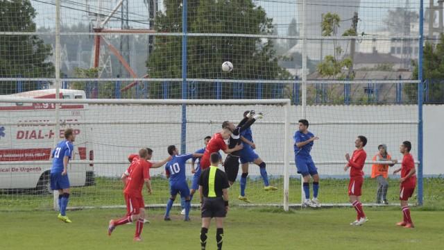 Jucătorii de la ACSVM Craiova (în albastru) luptă pentru un rezultat pozitiv la Lugoj