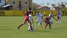 """Juniorii de la CS Universitatea Craiova (în alb) au câștigat derbiurile cu CSM Vâlcea de pe stadionul """"Oltchim"""""""