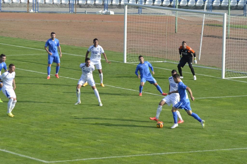 Jucătorii de la CSU (în albastru) și cei de la Pandurii (în alb) au aflat când joacă în optimile Cupei României
