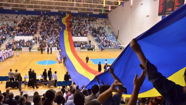 Spectatorii au desfăşurat un imens steag tricolor