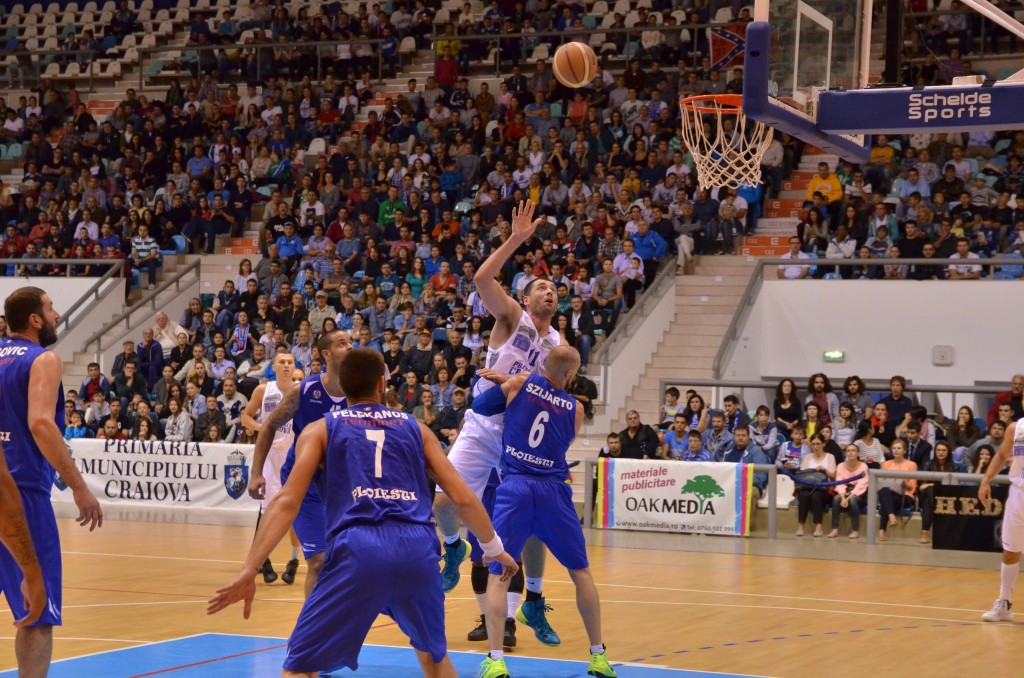 Zoran Krstanovic (în alb) a înscris 10 puncte în partida cu Asesoft Ploieşti