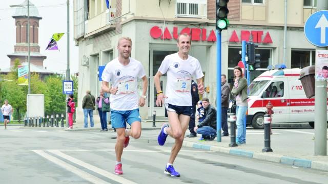 Marius Ionescu (stânga) şi Marius Buşcă au parcurs zece kilometri în 33 de minute