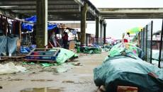 Marfa comercianților stă direct pe pământ sau pe paleți. Asfaltul e scump la vedere.