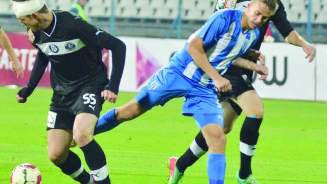 Şeroni (stânga) l-a scos pe Bancu (alb-albastru) din circuit pentru mult timp