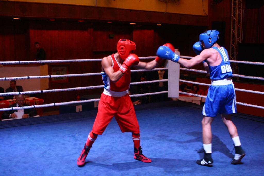 La categoria 60 de kilograme, în finală s-au întâlnit doi sportivi de la CSM Craiova. Sandu Toboşaru (în roşu) l-a învins pe Viorel Fîciu