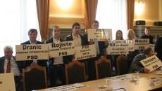 Reprezentanții comunelor și ai partidelor care nu au primit nici un leu au venit în ședință cu pancarte