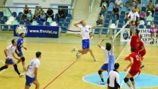 Voleibaliștii din Bănie (în alb) vor să-și ia revanșa după înfrângerea din perioada precompetițională