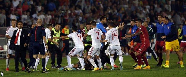 UEFA a pedepsit evenimentele de la meciul Albania - Serbia