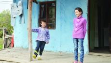 Florina și fratele său, Claudiu, elevii din Argetoaia a căror dorință este să aibă rechizite pentru școală