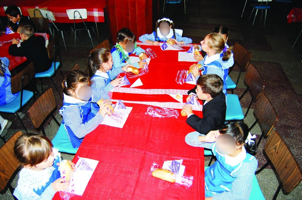 Elevii din Dolj vor primi din nou cornuri, lapte și mere. Contractele se vor încheia pentru următorii doi ani școlari.