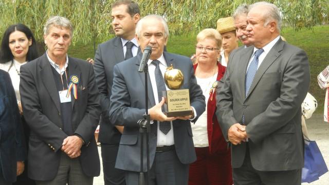 Primarul din Târgu Jiu, Florin Cârciumaru, prezintă premiul primit împreună cu preşedintele  CJ Gorj, Ion Călinoiu (dreapta)