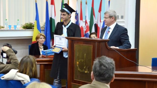 Absolventul Andrei Daniel Andreiana, premiat de directorul companiei Hella  pentru rezultatele obținute pe parcursul studiilor de licență