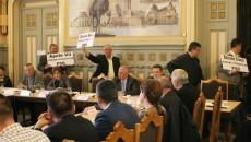 Reprezentanții comunelor care nu au primit bani la ședința CJ Dolj de ieri au afișat pancarte, în semn de protest