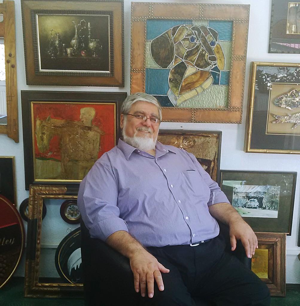 Cornel Roşca, în atelierul său din Craiova