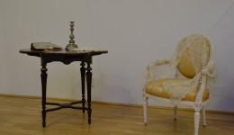 Masă de cărți de joc și un scaun din Colecția Romanescu, care recreează atmosfera din  saloanele de altădată