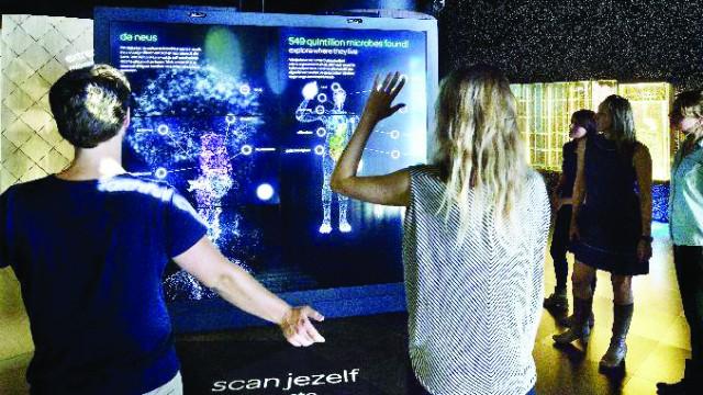 La intrarea în muzeul Micropia a fost amplasat un scanner pentru ca vizitatorii să poată afla câţi microbi există în organismul lor