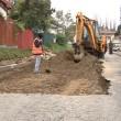 Asfaltul de pe strada Toamnei este înlăturat ca să se taseze pământul