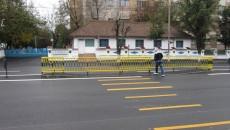 Unele treceri de pietoni de pe strada Caracal nu se împacă tocmai bine cu scuarurile. Din fericire, marcajele sunt provizorii.