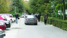 Pe strada Mareșal Alexandru Averescu din cartierul Brazda lui Novac, trotuarele lipsesc,  iar oamenii circulă pe mijlocul străzii, încercând să se ferească de mașinile care trec în viteză