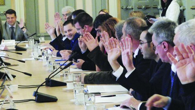 PSD a votat cu zâmbetul pe buze cele două puncte de pe ordinea de zi, deși nimeni nu prea a înțeles cine are dreptate