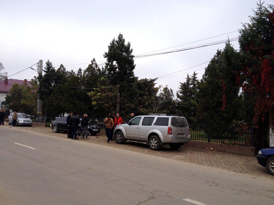 Masina Transelectrica în faţa secţiei de votare (Foto: Facebook)